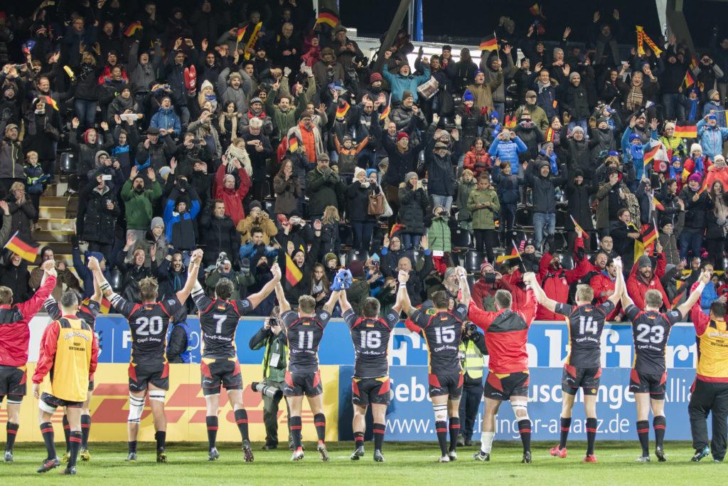 Rugby-Weltranglistenspiel zwischen Deutschland und Uruguay am 12. November 2016 in Frankfurt am Main. Das deutsche Team feiert mit dem Publikum. Foto: Jürgen Kessler