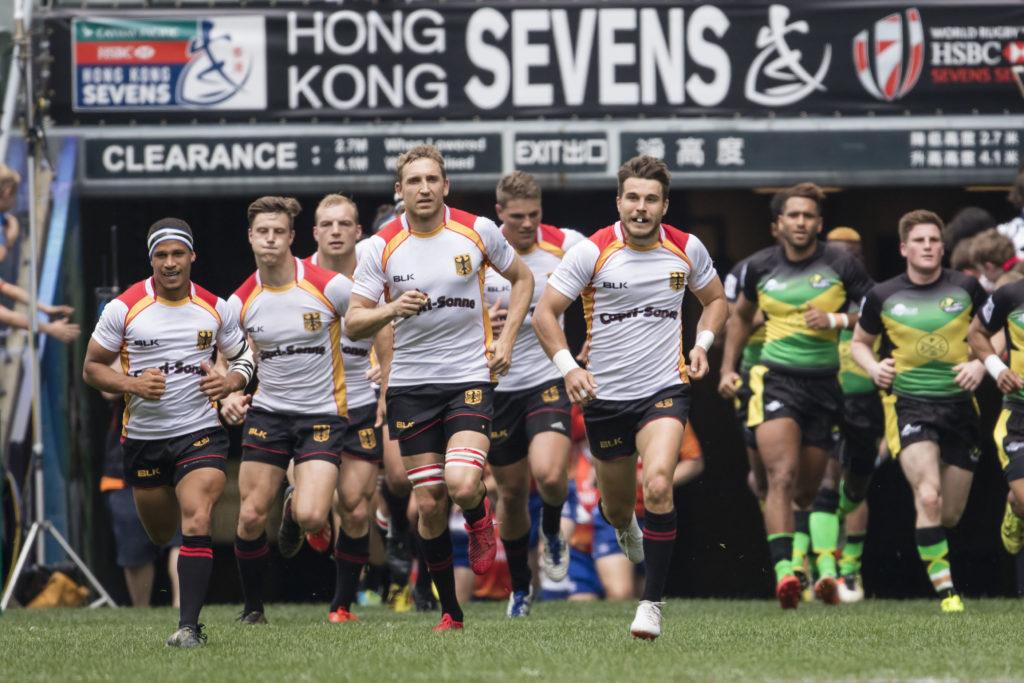 Rugby Sevens Turnier in Hongkong vom 7. bis 9. April 2017; Qualifikationsturnier der Maenner Das deutsche Team angefuehrt von Steffen Liebig und Fabian Heimpel laeuft ein. Rechts die Spieler aus Jamaica.